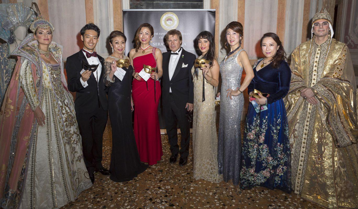 Yurie Hatanaka Presidente Club ASF di Tokio con alcuni soci