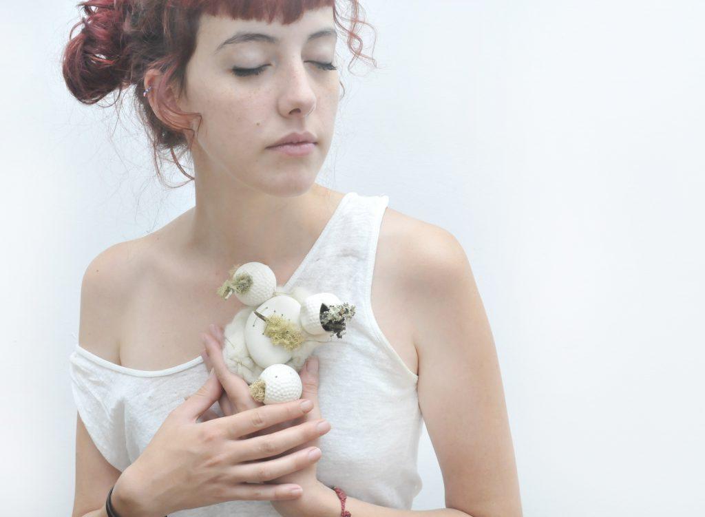 Barbara Laso, Naturalmente imperfecta, porcellana, lichene, ottone, lana, 2017