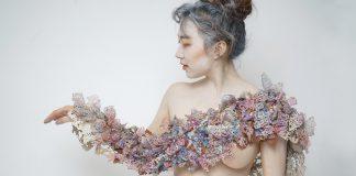 Valerie Cheung, Blooming, shoulderpiece, pelle, carta, filo cotone, colorante, 2018