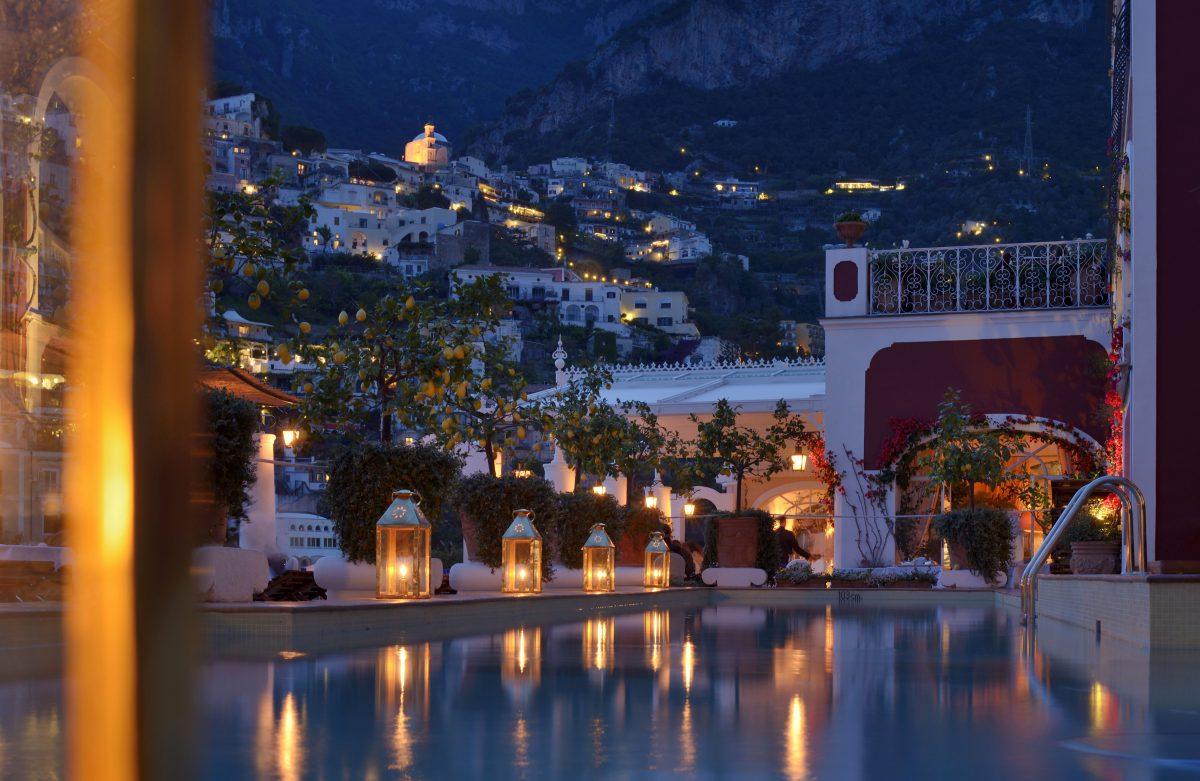 aperitivo in terrazza vista mare con piscina