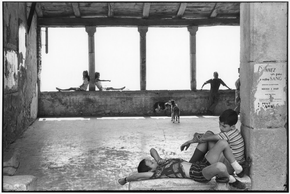 Henri Cartier Bresson Simiane la Rotonde France 1969 épreuve gélatino argentique de 1973 Fondation Henri Cartier Bresson Magnum Photos